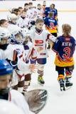 Barnhockey Hälsning av spelare efter lek Arkivbilder