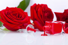 Barniz de clavo rojo elegante en una botella elegante Fotografía de archivo