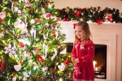 barnjul som dekorerar treen royaltyfri fotografi