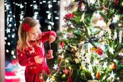 barnjul som dekorerar treen Royaltyfri Bild