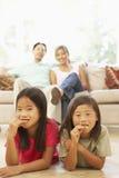 barnkakor som äter home två royaltyfri foto