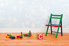 Barnkammarerum med blåa tappningväggpapper och leksaker Arkivfoto