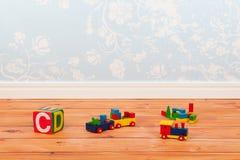 Barnkammarerum med blåa tappningväggpapper och leksaker Arkivbilder
