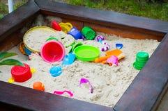 Barnkammaresandlåda med sandutrustning royaltyfri fotografi