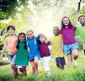 Barnkamratskapsamhörighetskänsla som ler lyckabegrepp Arkivfoton