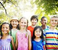Barnkamratskapsamhörighetskänsla som ler lycka Arkivfoto
