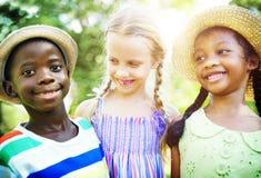 Barnkamratskapsamhörighetskänsla som ler lycka Arkivbilder