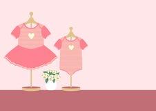 Barnkläder för liten flicka och pojke på rosa bakgrund, vektorillustrationer Royaltyfri Fotografi