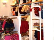barnkläder shoppar Royaltyfri Fotografi