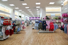 barnkläder shoppar Arkivfoton