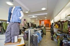 barnkläder shoppar Arkivfoto