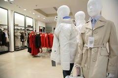 barnkläderavdelningen shoppar upperen Royaltyfri Bild