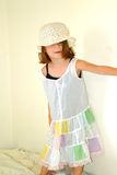 barnklänningflicka little dumbom arkivbild