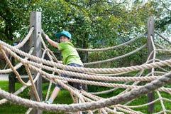 Barnklättring på lekplatsen Arkivbilder