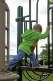Barnklättring på lekplatsutrustning Royaltyfria Foton