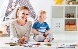 Barnkreativitet fostra och behandla som ett barn sonen som tillsammans drar arkivfoto