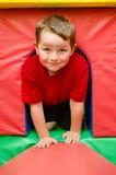 Barnkrypning till och med tunnelen Royaltyfria Foton