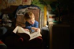 Barnläsning en boka Royaltyfria Foton