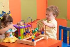 Barnlek i barnkammare royaltyfri fotografi