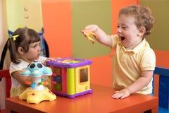Barnlek i barnkammare fotografering för bildbyråer