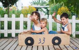 Barnlek i bilen Arkivbild