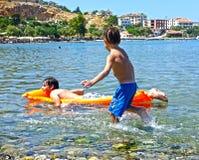 Barnlek i havet royaltyfri bild