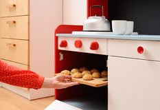 Barnlek i kök Stekheta hemlagade kakor i leksakugn Fotografering för Bildbyråer
