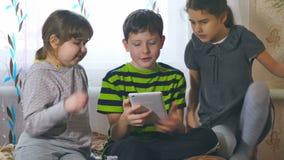 Barnlek i minnestavlaflickor och en pojke lager videofilmer