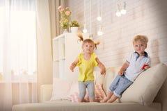 Barnlek i rummet Arkivbild