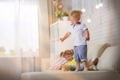 Barnlek i rummet Arkivfoton