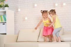 Barnlek i rummet Royaltyfria Bilder