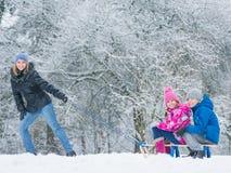 Barnlek i snö med släden Arkivfoton