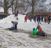 Barnlek i snön på Winterfesten på sjöGenève, Wisconsin Arkivbild
