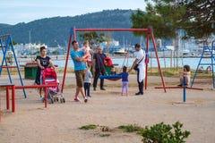 Barnlek i solig sommarstad parkerar på sjösidan fotografering för bildbyråer