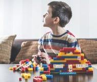 Barnlek med barns konstruktörleksaker Arkivfoto