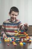 Barnlek med barns konstruktörleksaker Royaltyfria Foton