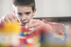 Barnlek med barns konstruktörleksaker Royaltyfri Foto
