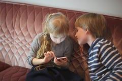 Barnlek med en grej arkivfoto