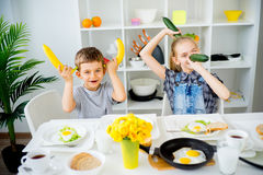 Barnlek med grönsaker och frukter Royaltyfri Bild