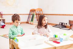 Barnlek med kinetisk sand arkivfoton