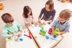 Barnlek med kinetisk sand Arkivfoto