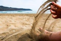 Barnlek med sand på en strand royaltyfri bild