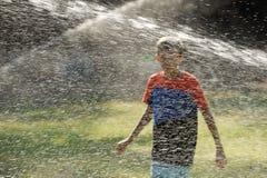 Barnlek med strålar av vatten Royaltyfria Foton