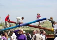 Barnlek på behållare barrels under Victory Day beröm i Kyiv, Ukraina Royaltyfria Bilder