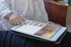 Barnlek på den digitala minnestavlan fotografering för bildbyråer