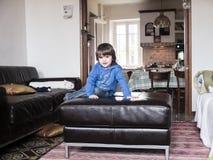 Barnlek på soffan i vardagsrummet Royaltyfria Foton