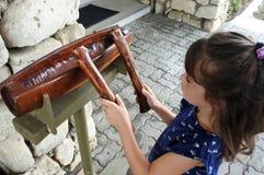 Barnlek på en vals för FijianLali pinne i Fiji Fotografering för Bildbyråer