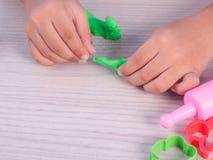 barnlek som modellerar lera Royaltyfri Bild