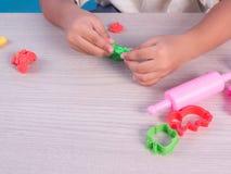 barnlek som modellerar lera Royaltyfria Foton