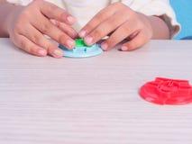 barnlek som modellerar lera Arkivbild